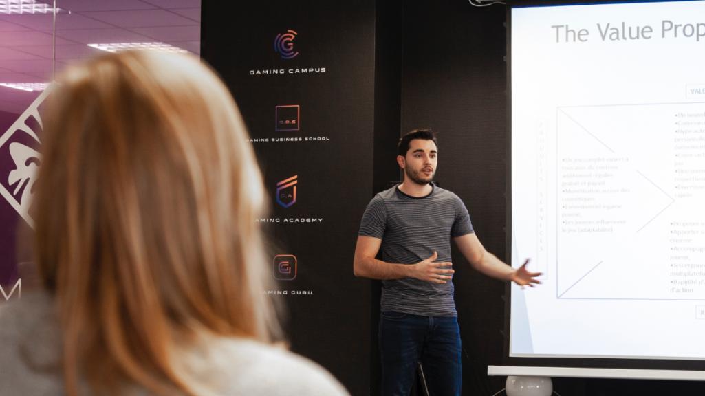 Un étudiant qui présente son projet devant d'autres étudiants du Gaming Campus